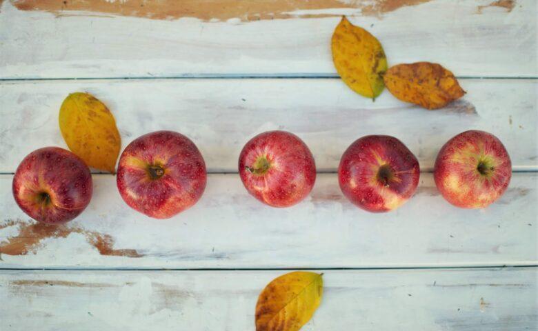 Τραγουδάμε και χορεύουμε: 8 τραγούδια για τα μήλα!